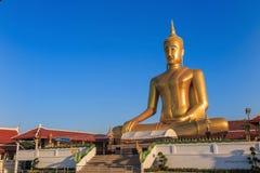Het standbeeld van Boedha in Bangkok Thailand met blauwe hemel Stock Afbeeldingen