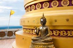 Het standbeeld van Boedha bij basis van pagode bij de tempel van de heuveltop Royalty-vrije Stock Fotografie