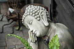 Het standbeeld van Boedha bij bloemist in de straat Royalty-vrije Stock Foto