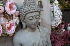 Het standbeeld van Boedha bij bloemist in de straat Stock Fotografie