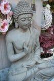 Het standbeeld van Boedha bij bloemist in de straat Stock Foto's