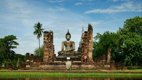 Het standbeeld van Boedha bij Mahathat-tempel in het Historische Park van Sukhothai, beroemde toeristische attractie in noordelij stock video