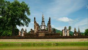 Het standbeeld van Boedha bij Mahathat-tempel in het historische park van Sukhothai met reizigers, beroemde toeristische attracti stock videobeelden