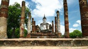 Het standbeeld van Boedha bij Mahathat-tempel in het Historische Park Thailand, beroemde toeristische attractie van Sukhothai in  stock footage