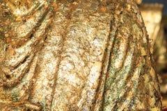Het standbeeld van Boedha in bladgoud wordt geregeld dat Stock Foto's