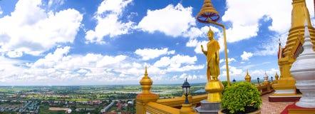 Het standbeeld van Boedha in blauwe hemel Stock Foto