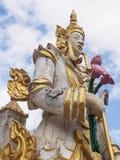 Het standbeeld van Boedha in blauwe hemel Stock Foto's