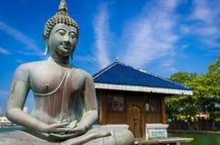Het standbeeld van Boedha in Boeddhistische Gangarama Stock Foto