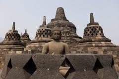 Het standbeeld van Boedha bovenop Borobudur-tempel, Yogyakarta, Java, Indonesië Royalty-vrije Stock Foto