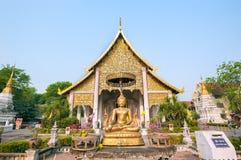 Het standbeeld van Boedha buiten belangrijkste wiharn in Wat Chedi Luang, Chiang Mai, Thailand Stock Afbeelding