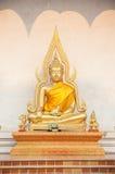 Het standbeeld van Boedha buiten Wat Chedi Luang, Chiang Mai, Thailand Royalty-vrije Stock Foto's