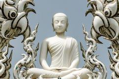 Het standbeeld van Boedha in Chinese stijl bij Thaise tempel Stock Afbeelding