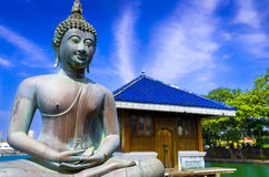 Het standbeeld van Boedha in de Boeddhistische Tempel van Gangarama, Sri Lanka Stock Afbeelding