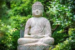 Het standbeeld van Boedha in de tuin Stock Afbeelding
