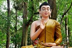 Het standbeeld van Boedha in de tuin in Wat Chak Yai, Chanthaburi, Thailand Royalty-vrije Stock Fotografie
