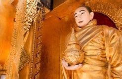 Het standbeeld van Boedha in een mooie tempel Het standbeeld van Boedha op een gebied B Stock Afbeelding