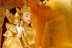 Het standbeeld van Boedha in een mooie tempel Het standbeeld van Boedha op een gebied B Stock Afbeeldingen
