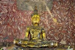 Het standbeeld van Boedha en oude Thaise de stijlschade van de verfmuur binnen van royalty-vrije stock afbeelding