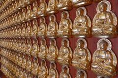 Het standbeeld van Boedha, gipspleister op Chinese tempelmuur in Chinese Tempel Stock Fotografie
