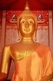 Het standbeeld van Boedha is gouden en groot van geloof Stock Afbeelding
