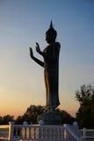 Het standbeeld van Boedha met blauwe hemel bij de tempel Thailand van Khun Samut Trawat Royalty-vrije Stock Afbeeldingen