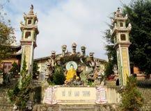 Het standbeeld van Boedha met draken bij pagode Stock Foto's
