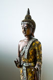 Het standbeeld van Boedha met een gouden robe. royalty-vrije stock foto's