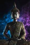 Het standbeeld van Boedha met gekleurde rook stock afbeeldingen