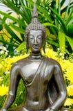 Het standbeeld van Boedha met gele bloem Royalty-vrije Stock Foto's