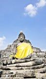 Het standbeeld van Boedha met gele stof Stock Foto's