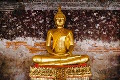 Het standbeeld van Boedha met Thaise kunstarchitectuur bij Wat Suthat-tempel Royalty-vrije Stock Afbeeldingen