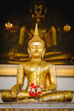 Het standbeeld van Boedha met Thaise kunstarchitectuur en de Grote gouden achtergrond van Boedha in kerk Royalty-vrije Stock Foto