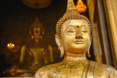 Het standbeeld van Boedha met Thaise kunstarchitectuur en de Grote gouden achtergrond van Boedha in kerk Stock Foto