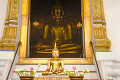 Het standbeeld van Boedha met Thaise kunstarchitectuur en de Grote gouden achtergrond van Boedha in kerk Stock Afbeeldingen