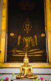 Het standbeeld van Boedha met Thaise kunstarchitectuur en de Grote gouden achtergrond van Boedha in kerk Royalty-vrije Stock Afbeeldingen