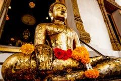 Het standbeeld van Boedha met Thaise kunstarchitectuur en de Grote gouden achtergrond van Boedha in kerk Royalty-vrije Stock Fotografie
