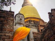 Het standbeeld van Boedha met zon lichte gloed van de hemel stock fotografie