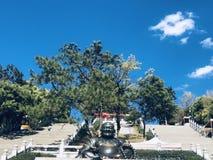 Het standbeeld van Boedha, onder blauwe hemel en witte wolken stock foto's