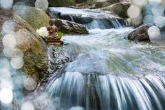 Het standbeeld van Boedha op een kreek Stock Foto
