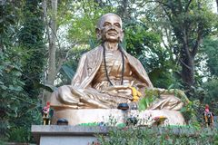 Het standbeeld van Boedha op natuurlijke achtergrond Kluba Srivichai Chaingmai Thailand stock afbeeldingen