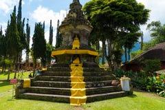 Het standbeeld van Boedha ` s in Pura Ulun Danu Bratan Balinese-tempel complex op Bratan-meer, Bali, Indonesië wordt vastgelegd d Royalty-vrije Stock Foto's