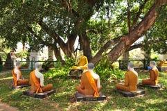Het standbeeld van Boedha sticht vijf Boedha standbeeld in aard Stock Foto
