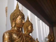 Het standbeeld van Boedha sticked met vele gouden vlammen stock fotografie