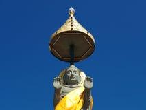 Het standbeeld van Boedha stijgt in blauwe hemel Stock Foto