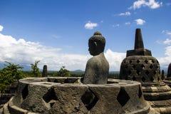 Het standbeeld van Boedha in stupa. De tempel van Borobodur. Royalty-vrije Stock Foto's