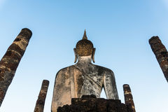 Het standbeeld van Boedha terug bij wat mahathat tempel in sukhothai Thailand Royalty-vrije Stock Foto