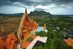 Het Standbeeld van Boedha in Thailand op landelijk landschap Royalty-vrije Stock Fotografie