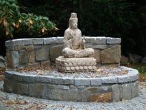 Het standbeeld van Boedha in tuin Stock Afbeeldingen