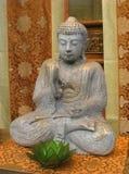 Het Standbeeld van Boedha van de zitting met Lotus Stock Foto