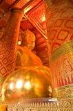 Het standbeeld van Boedha van het beeld en mural Thaise stijl Stock Afbeelding